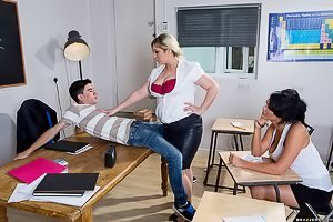 Glasses-wearing MILF teacher in a threesome with horny teens