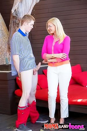 Pink sweater blonde MILF teams up with her step-daughter to please a guy
